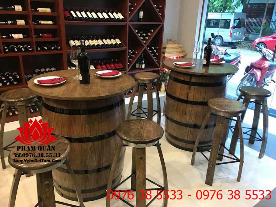 Bàn ghế thùng rượu trang trí quầy rượu tại nhà hàng Thái Hà