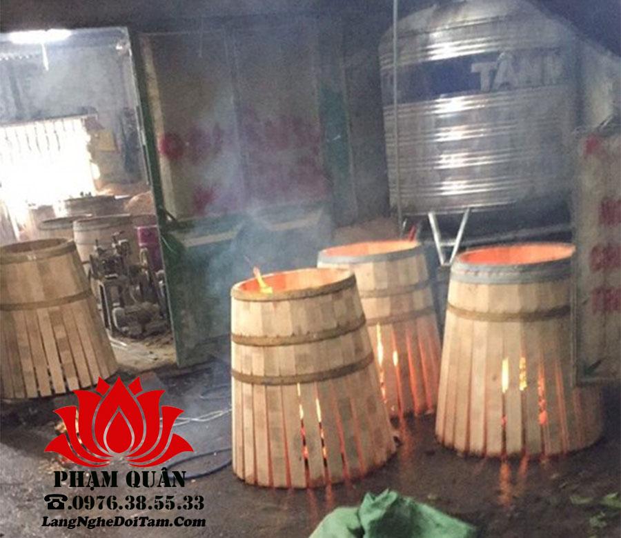 Đang trong quá trình hơ lửa đẻ uốn cong và tạo lên chất đặc biết trong thùng rượu