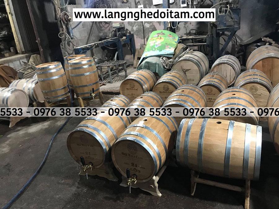 Thùng rượu gỗ sồi tại xưởng sx Thùng rượu Phạm Quân, đang trong quá trình bào giao cho khách