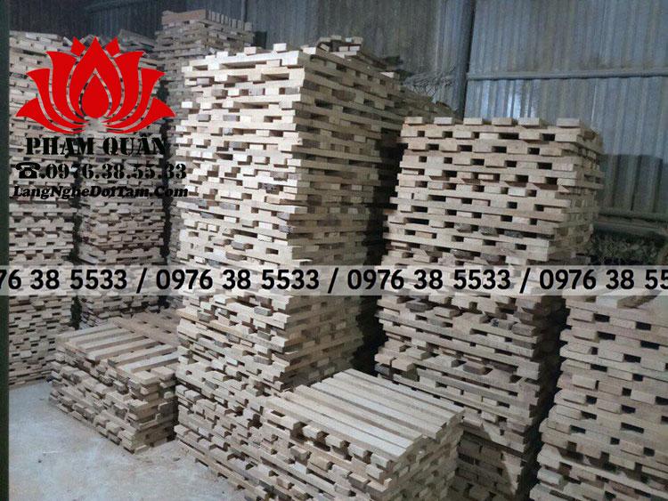 Gỗ sồi sau khi nhập về sẽ qua 1 quá trình đó là phơi hong cho gỗ có độ giãn quá trình đó diễn ra 12 tháng, rồi mới cho vào sx