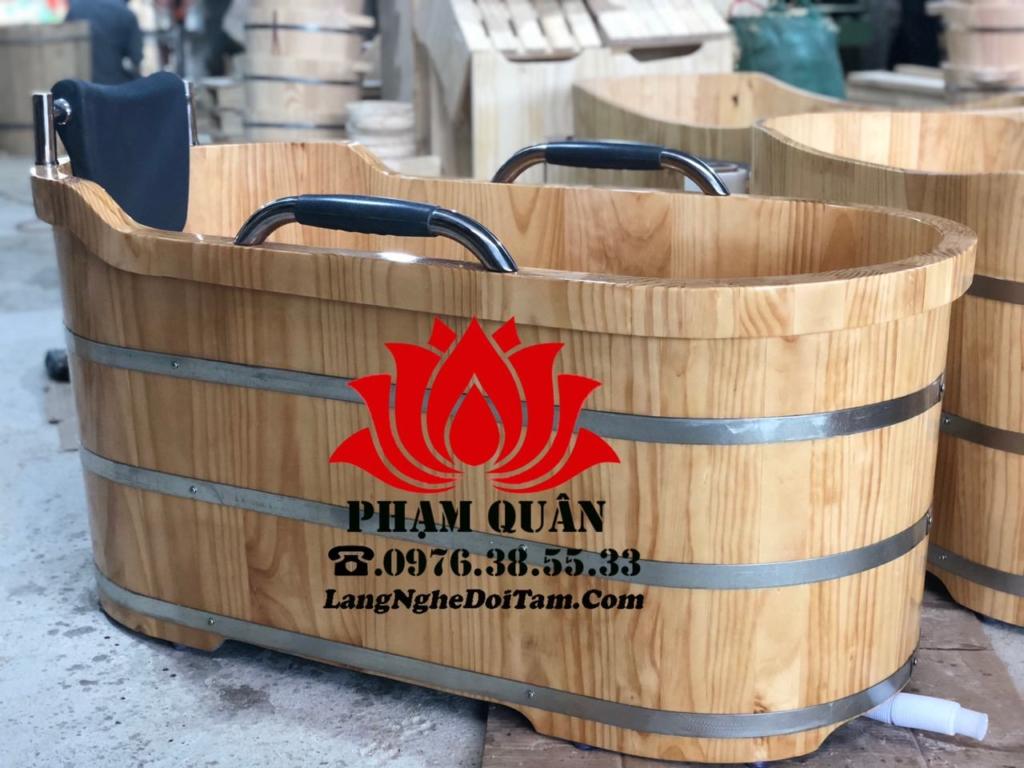 Bồn tắm gỗ thông bo viền có tay vịn cao cấp