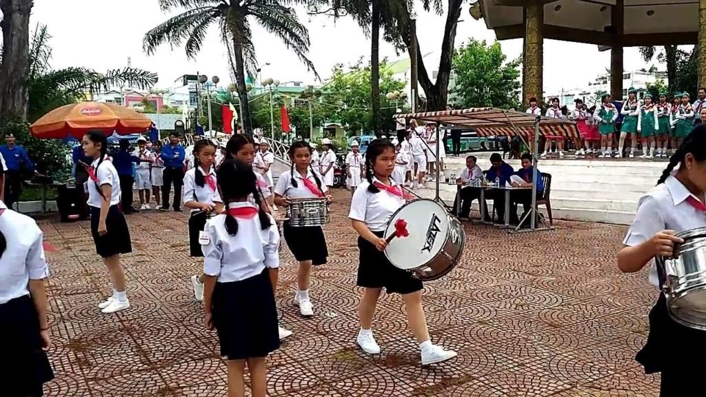 Các e học sinh đang làm lễ nghi thức trường THCS
