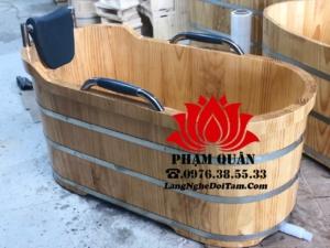 Bồn tắm gỗ tay vịn